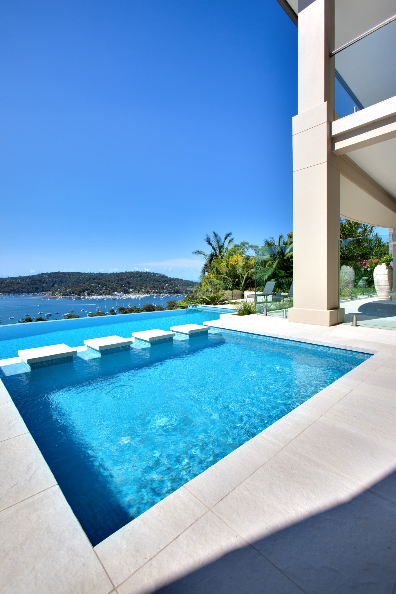 Infinity Edge Swimming Pool of the luxury house with a view to the ocean