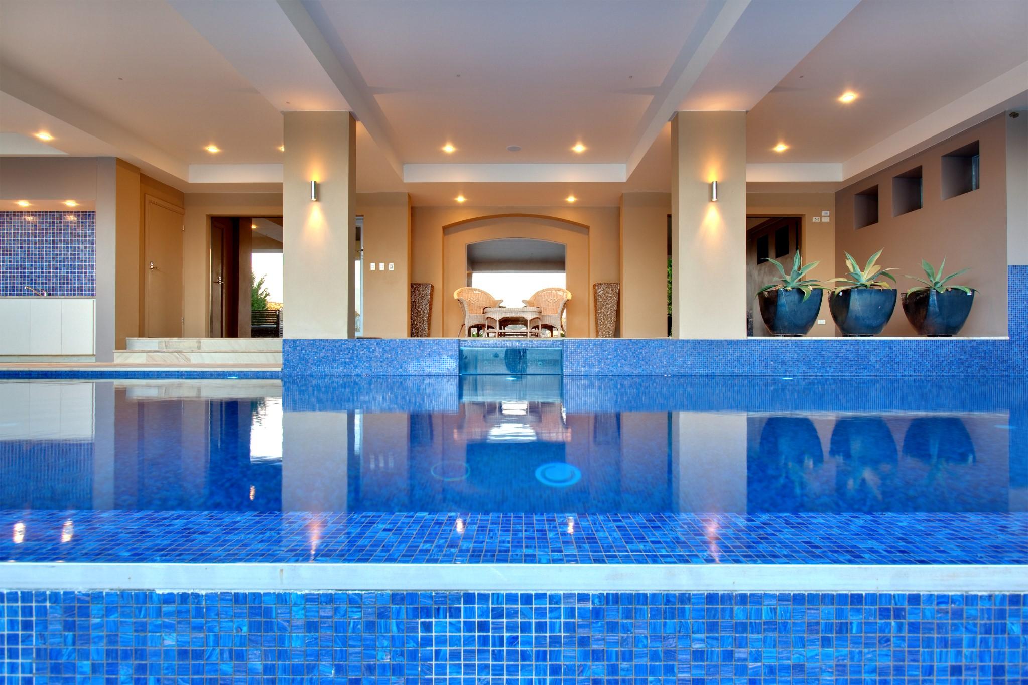 Infinity Edge Swimming Pool of the luxury house